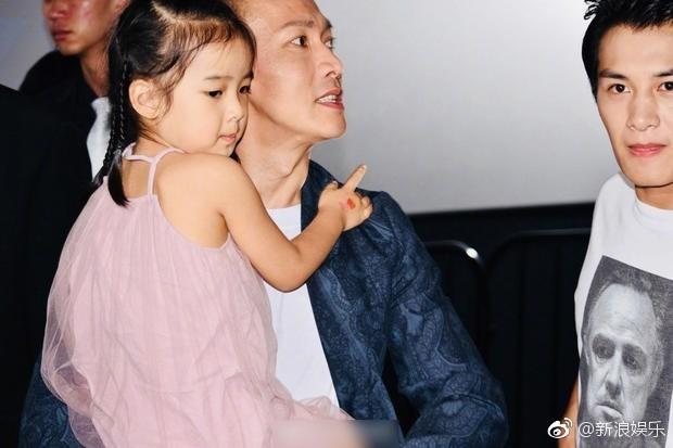 Bà xã xinh đẹp và con gái cưng siêu dễ thương của Càn Long Nhiếp Viễn gây sốt khi tới dự sự kiện ủng hộ bố - Ảnh 5.