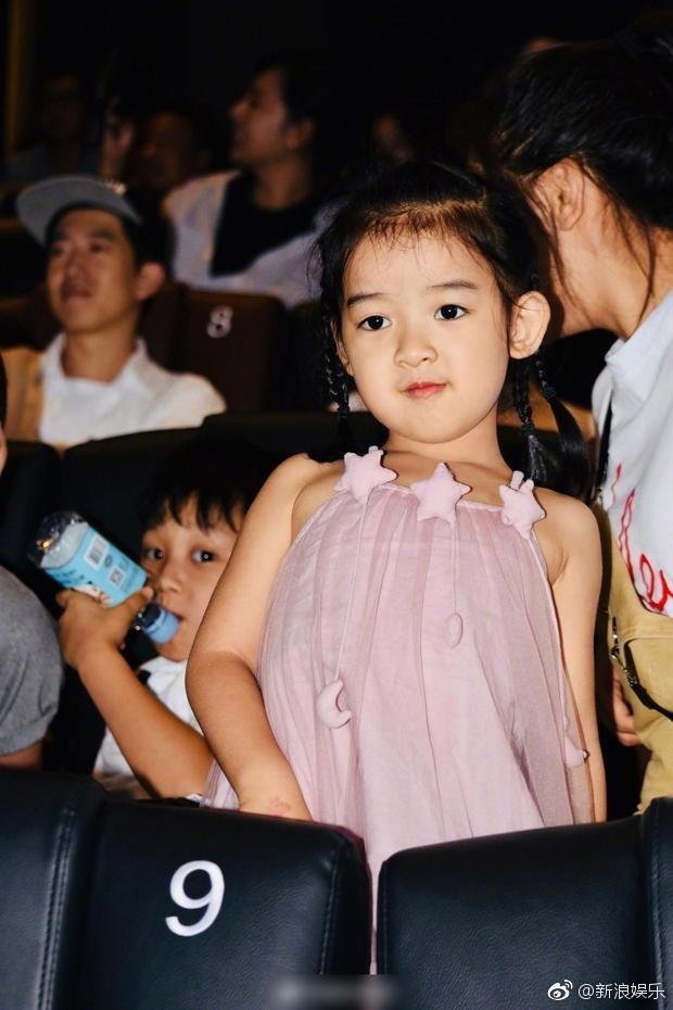 Bà xã xinh đẹp và con gái cưng siêu dễ thương của Càn Long Nhiếp Viễn gây sốt khi tới dự sự kiện ủng hộ bố - Ảnh 8.