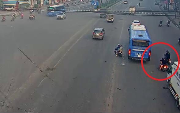 CLIP: 2 nạn nhân bất ngờ bị đâm giữa giao lộ, tình huống nguy hiểm nhiều người từng trải - Ảnh 3.