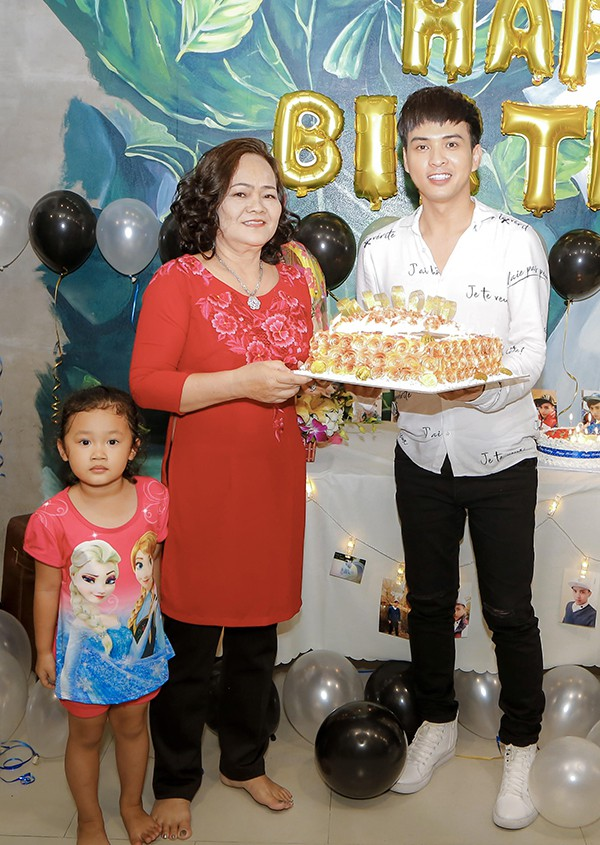 Hồ Quang Hiếu tổ chức sinh nhật cùng fan và người thân tại nhà riêng - Ảnh 6.