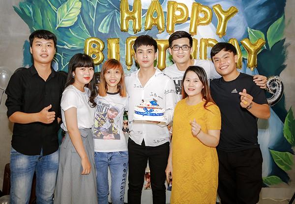 Hồ Quang Hiếu tổ chức sinh nhật cùng fan và người thân tại nhà riêng - Ảnh 5.