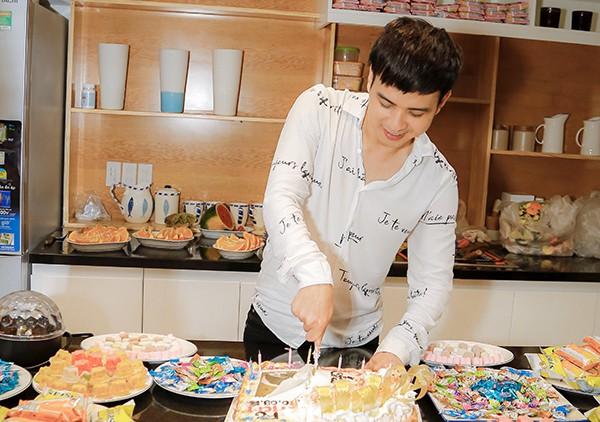 Hồ Quang Hiếu tổ chức sinh nhật cùng fan và người thân tại nhà riêng - Ảnh 2.