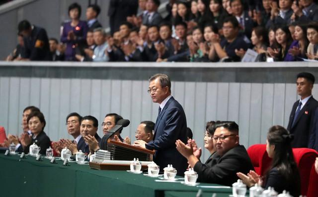 Khoảnh khắc lịch sử: Lần đầu tiên một Tổng thống Hàn Quốc phát biểu trước biển người Triều Tiên - Ảnh 1.