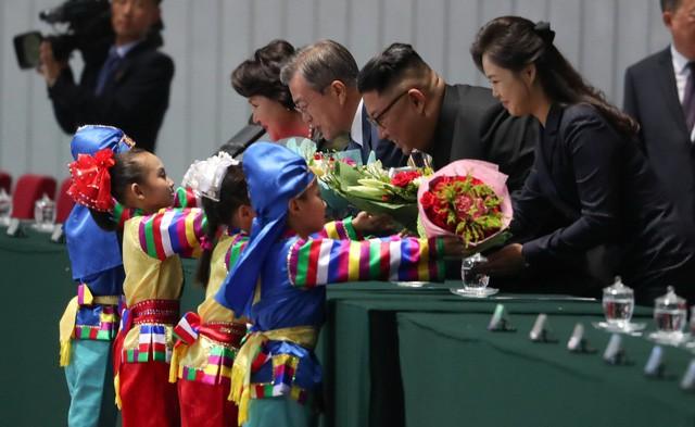 Khoảnh khắc lịch sử: Lần đầu tiên một Tổng thống Hàn Quốc phát biểu trước biển người Triều Tiên - Ảnh 2.