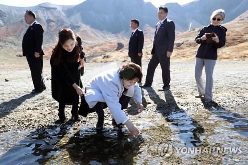 Hành động thú vị trên đỉnh Paekdu của lãnh đạo và phu nhân Hàn-Triều  - Ảnh 1.
