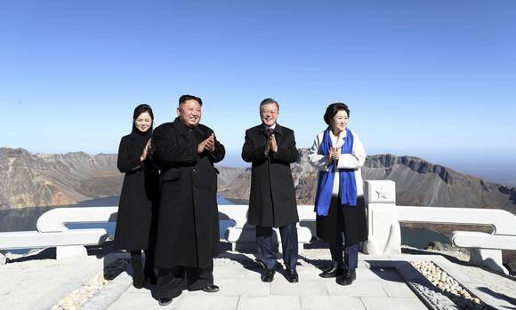 Hành động thú vị trên đỉnh Paekdu của lãnh đạo và phu nhân Hàn-Triều  - Ảnh 2.