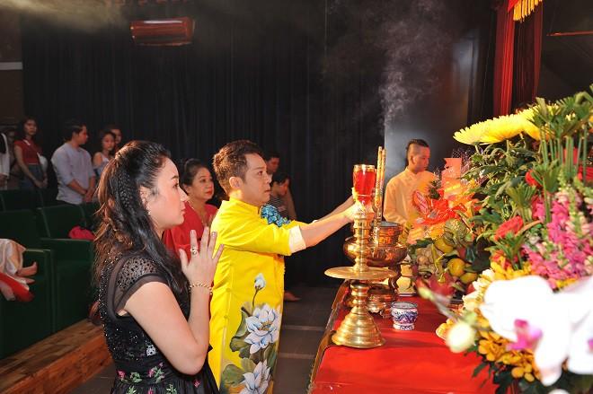 Quyền Linh giản dị mang dép tổ ong tới dự lễ giỗ Tổ nghề - Ảnh 6.