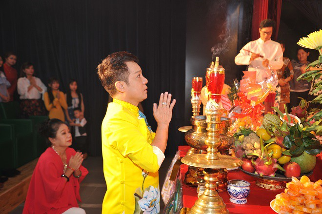 Quyền Linh giản dị mang dép tổ ong tới dự lễ giỗ Tổ nghề - Ảnh 7.