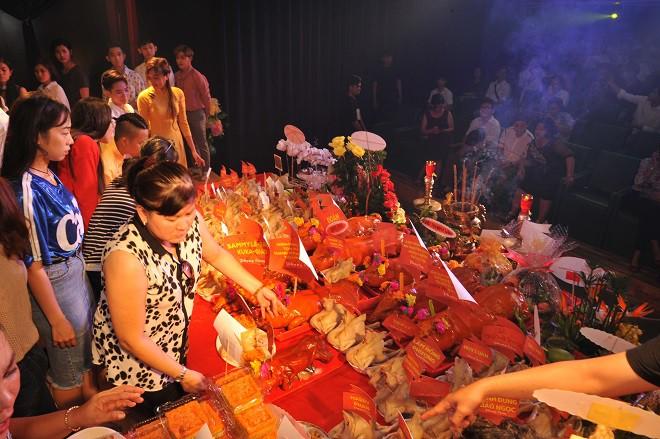 Quyền Linh giản dị mang dép tổ ong tới dự lễ giỗ Tổ nghề - Ảnh 4.