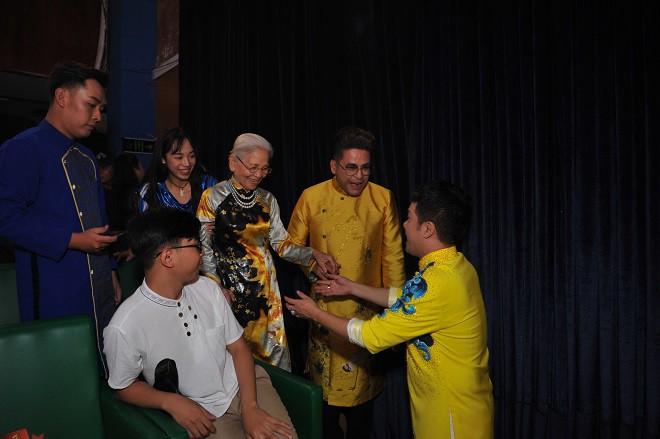 Quyền Linh giản dị mang dép tổ ong tới dự lễ giỗ Tổ nghề - Ảnh 12.