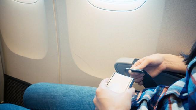Tại sao khi đi máy bay, đai an toàn lại đeo ở đùi chứ không phải ở vai như khi đi ô tô? - Ảnh 1.