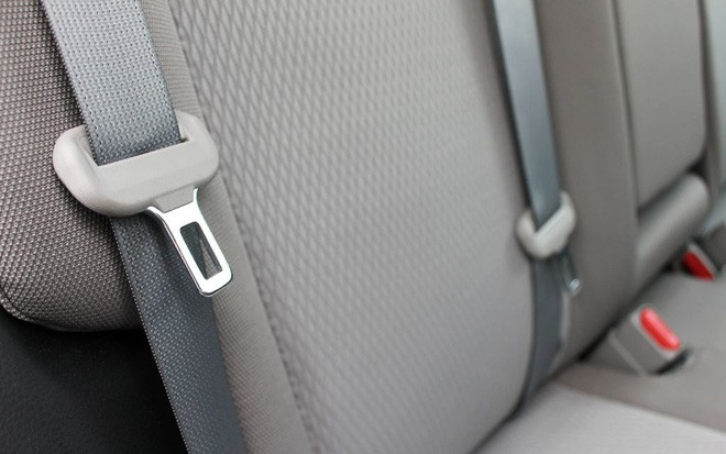 Tại sao khi đi máy bay, đai an toàn lại đeo ở đùi chứ không phải ở vai như khi đi ô tô? - Ảnh 4.