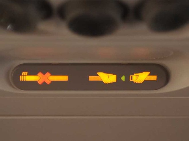 Tại sao khi đi máy bay, đai an toàn lại đeo ở đùi chứ không phải ở vai như khi đi ô tô? - Ảnh 2.