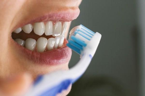 Tranh cãi nên đánh răng trước hay sau bữa sáng - Ảnh 1.