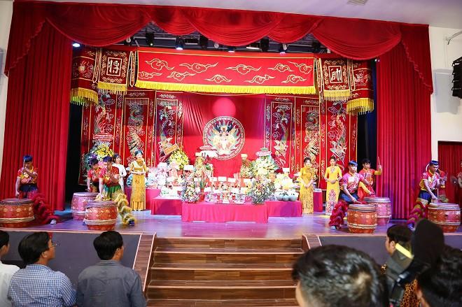 Sân khấu Trịnh Kim Chi thực hiện nghi lễ cúng Tổ long trọng - Ảnh 1.