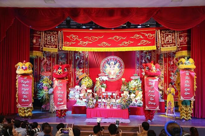 Sân khấu Trịnh Kim Chi thực hiện nghi lễ cúng Tổ long trọng - Ảnh 2.