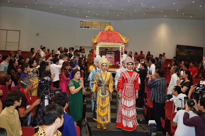 Sân khấu Trịnh Kim Chi thực hiện nghi lễ cúng Tổ long trọng - Ảnh 3.