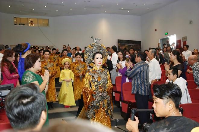 Sân khấu Trịnh Kim Chi thực hiện nghi lễ cúng Tổ long trọng - Ảnh 4.