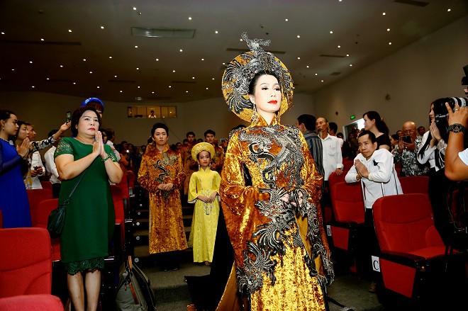 Sân khấu Trịnh Kim Chi thực hiện nghi lễ cúng Tổ long trọng - Ảnh 5.
