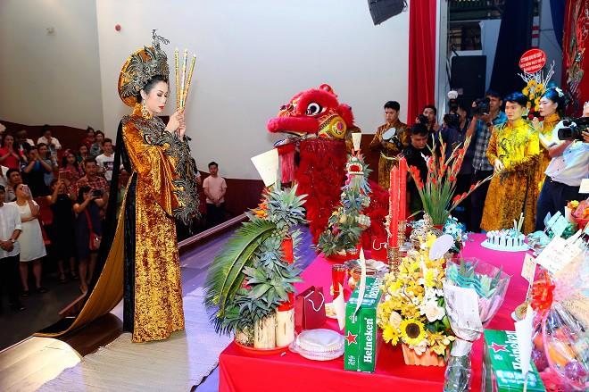 Trịnh Kim Chi thực hiện nghi lễ cúng Tổ long trọng bậc nhất Sài Gòn - Ảnh 6.