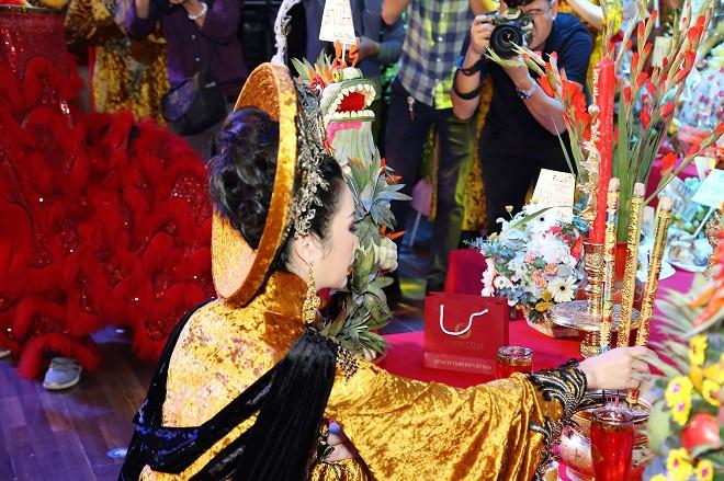 Sân khấu Trịnh Kim Chi thực hiện nghi lễ cúng Tổ long trọng - Ảnh 7.