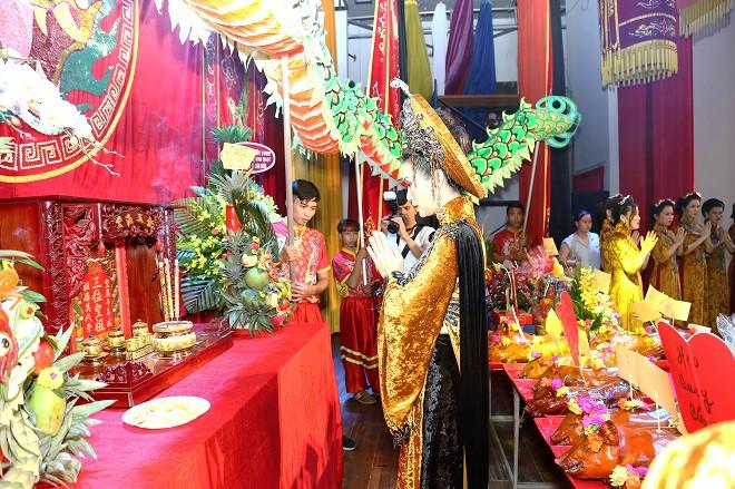 Sân khấu Trịnh Kim Chi thực hiện nghi lễ cúng Tổ long trọng - Ảnh 8.