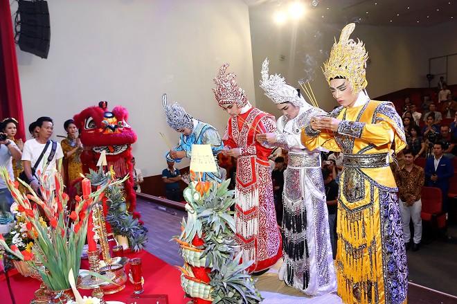 Sân khấu Trịnh Kim Chi thực hiện nghi lễ cúng Tổ long trọng - Ảnh 9.