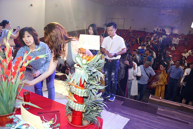 Sân khấu Trịnh Kim Chi thực hiện nghi lễ cúng Tổ long trọng - Ảnh 11.