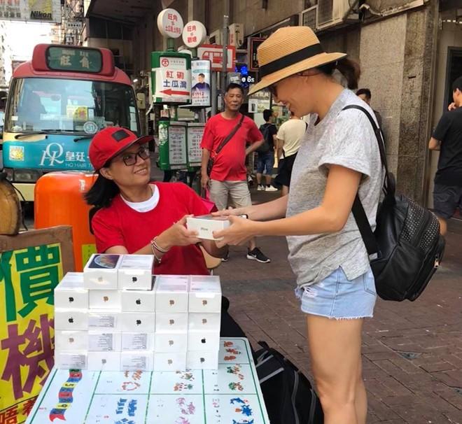 iPhone XS ngàn đô phân phối la liệt như rau ở chợ đen Hồng Kông - Ảnh 1.