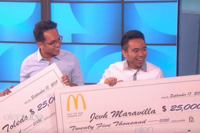 Hai anh chàng treo ảnh của chính mình trong quán McDonald gần hai tháng mà không ai phát hiện vừa được chính McDonald cảm ơn và tặng 50.000 USD - Ảnh 2.