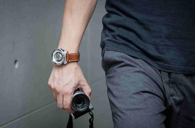 Cùng chiêm ngưỡng chiếc đồng hồ độc đáo lấy ý tưởng từ ống kính máy ảnh - Ảnh 2.
