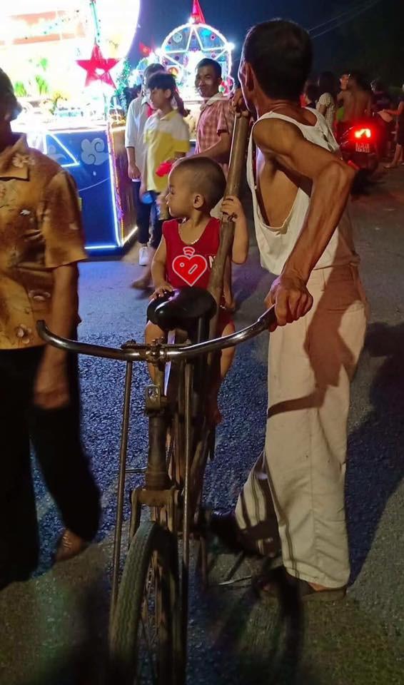 Trong đêm Trung thu, hình ảnh ông đèo cháu đi chơi khiến người ta phải ngoái lại nhìn - Ảnh 1.