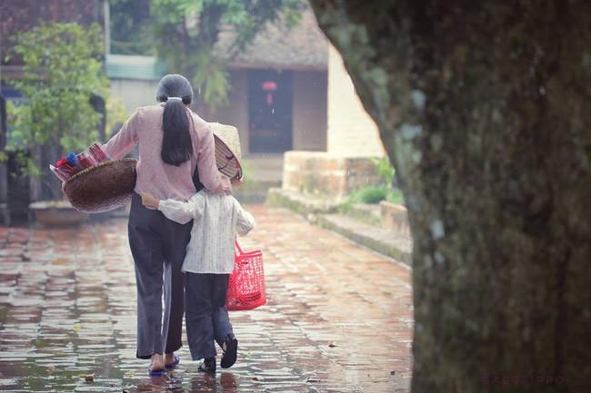 Mẹ bán hương dạo dùng nón lá che mưa cho con - bức ảnh giản dị nhưng mang sức mạnh to lớn, khiến dân mạng xúc động - Ảnh 2.