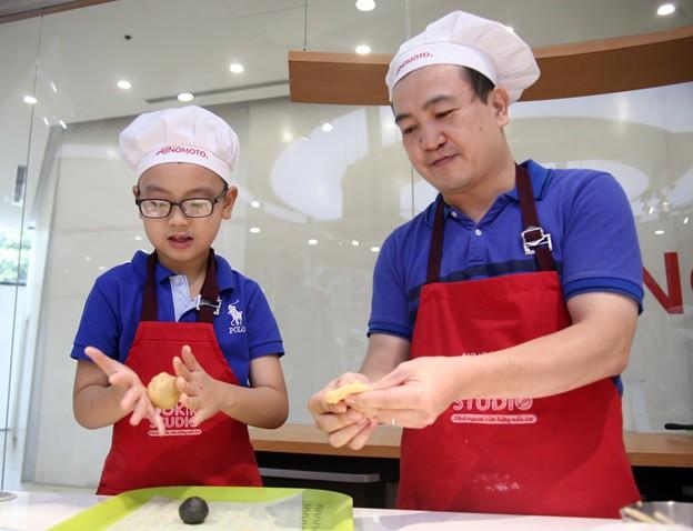 Hà Nội: Trẻ nhỏ thích thú cùng cha mẹ làm những chiếc bánh Trung thu cực ngộ nghĩnh - Ảnh 2.