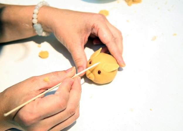 Hà Nội: Trẻ nhỏ thích thú cùng cha mẹ làm những chiếc bánh Trung thu cực ngộ nghĩnh - Ảnh 3.