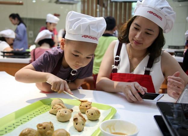 Hà Nội: Trẻ nhỏ thích thú cùng cha mẹ làm những chiếc bánh Trung thu cực ngộ nghĩnh - Ảnh 4.