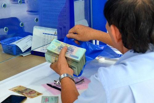Lãi suất tiền gửi ở 1 số ngân hàng bắt đầu giảm - Ảnh 1.