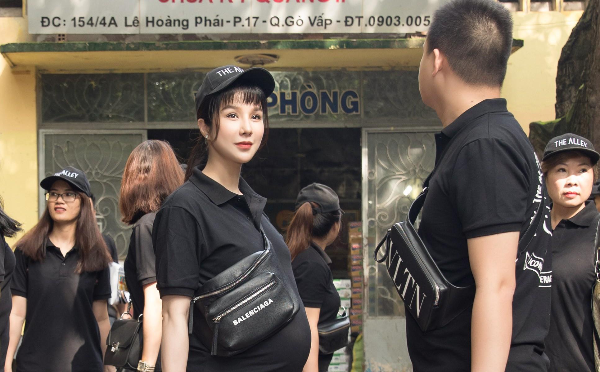 Diệp Lâm Anh vác bụng bầu 8 tháng đi phát quà Trung thu