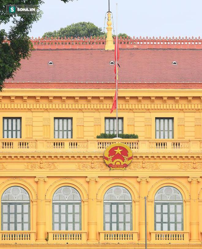 Khắp nơi treo cờ rủ Quốc tang Chủ tịch nước Trần Đại Quang - Ảnh 28.