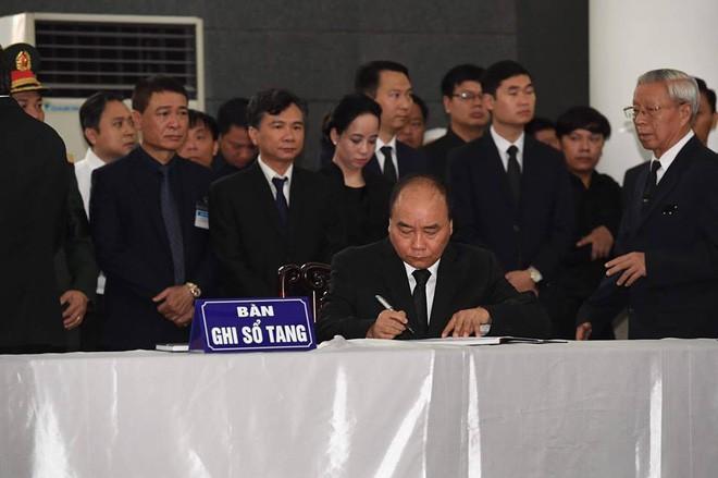 Tổng Bí thư Nguyễn Phú Trọng ghi sổ tang: Xin kính cẩn nghiêng mình trước anh linh Đồng chí Trần Đại Quang - Ảnh 2.