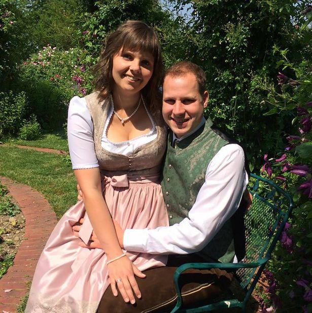 Thảm kịch ngày cưới: Cô dâu tử vong, 12 người bị thương vì bị xe kéo của em trai lật úp vào người - Ảnh 1.