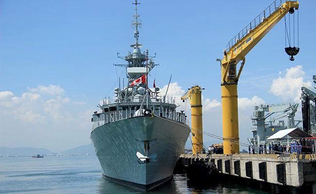 Chiến hạm Canada treo cờ rủ quốc tang Chủ tịch nước Trần Đại Quang - Ảnh 1.