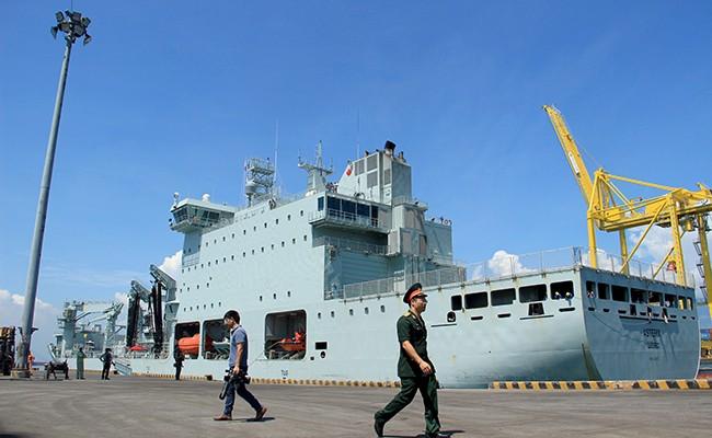 Chiến hạm Canada treo cờ rủ quốc tang Chủ tịch nước Trần Đại Quang - Ảnh 2.