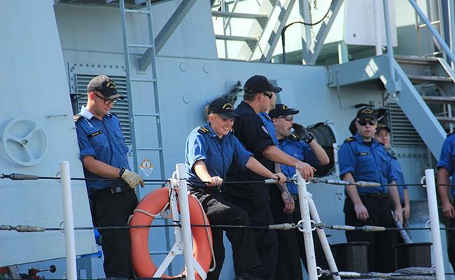 Chiến hạm Canada treo cờ rủ quốc tang Chủ tịch nước Trần Đại Quang - Ảnh 12.
