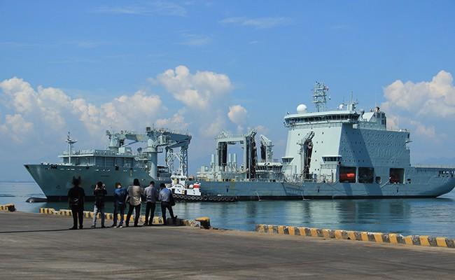Chiến hạm Canada treo cờ rủ quốc tang Chủ tịch nước Trần Đại Quang - Ảnh 13.