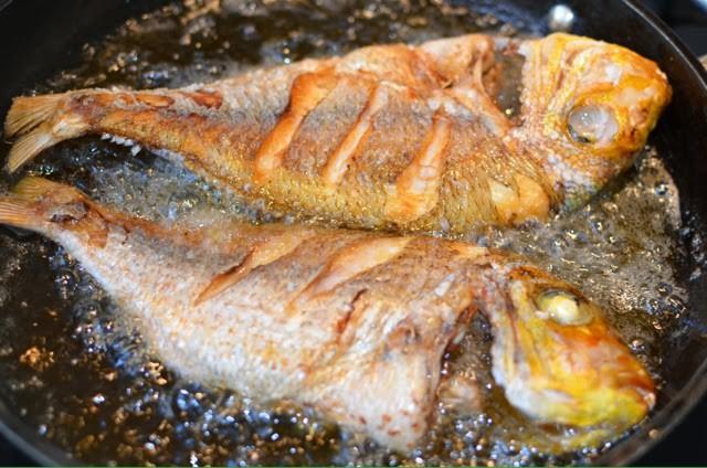 Lần sau rán cá, chị em cứ cho thêm 1 thìa gia vị này vào, đảm bảo không bị bắn dầu mà món cá rán thì ngon bất bại - Ảnh 6.