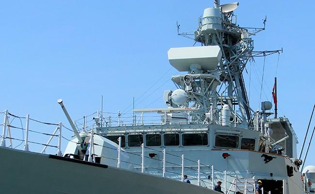 Chiến hạm Canada treo cờ rủ quốc tang Chủ tịch nước Trần Đại Quang - Ảnh 8.