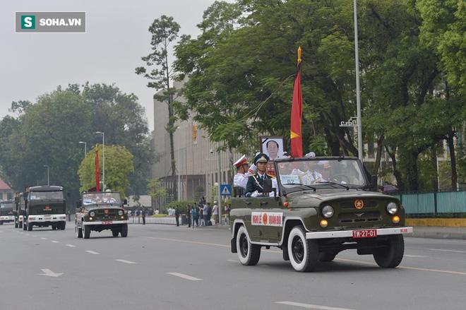 Hành trình linh xa đưa Chủ tịch nước Trần Đại Quang qua các ngõ phố Hà Nội để về quê nhà - Ảnh 10.
