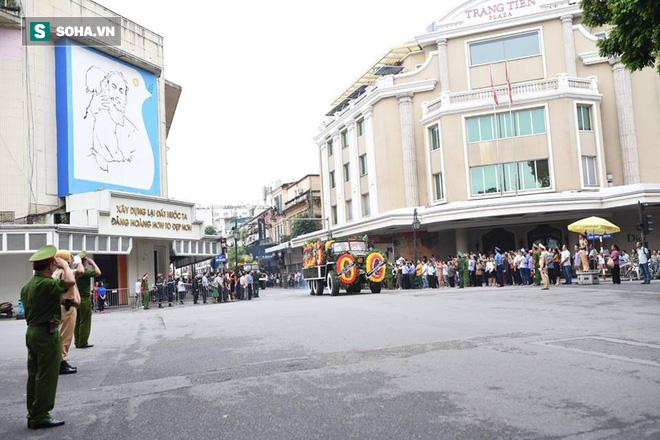 Hành trình linh xa đưa Chủ tịch nước Trần Đại Quang qua các ngõ phố Hà Nội để về quê nhà - Ảnh 13.