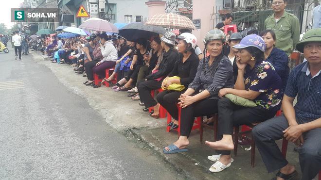 Rất nhiều người dân đón đợi bên đường chờ đón lĩnh cữu Chủ tịch nước Trần Đại Quang.